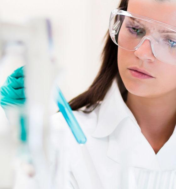 científicos en nuestros laboratorios